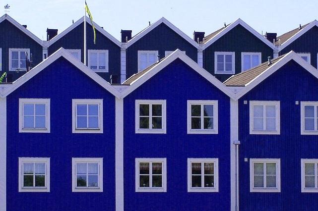 Granatowy dom szeregowy w Szwecji