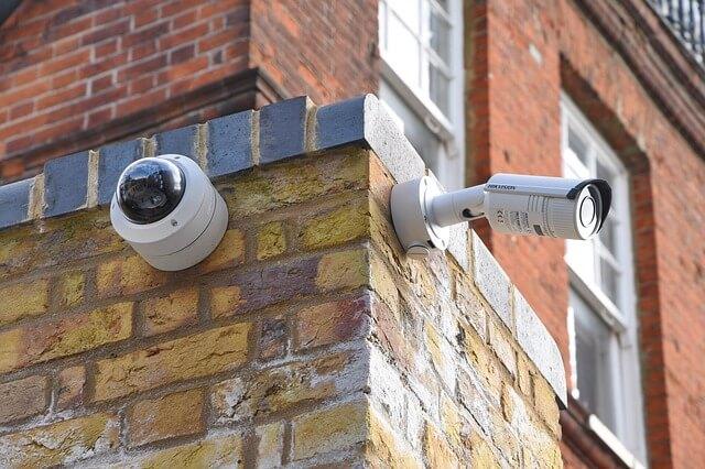 Kamery szpiegowskie na budynku
