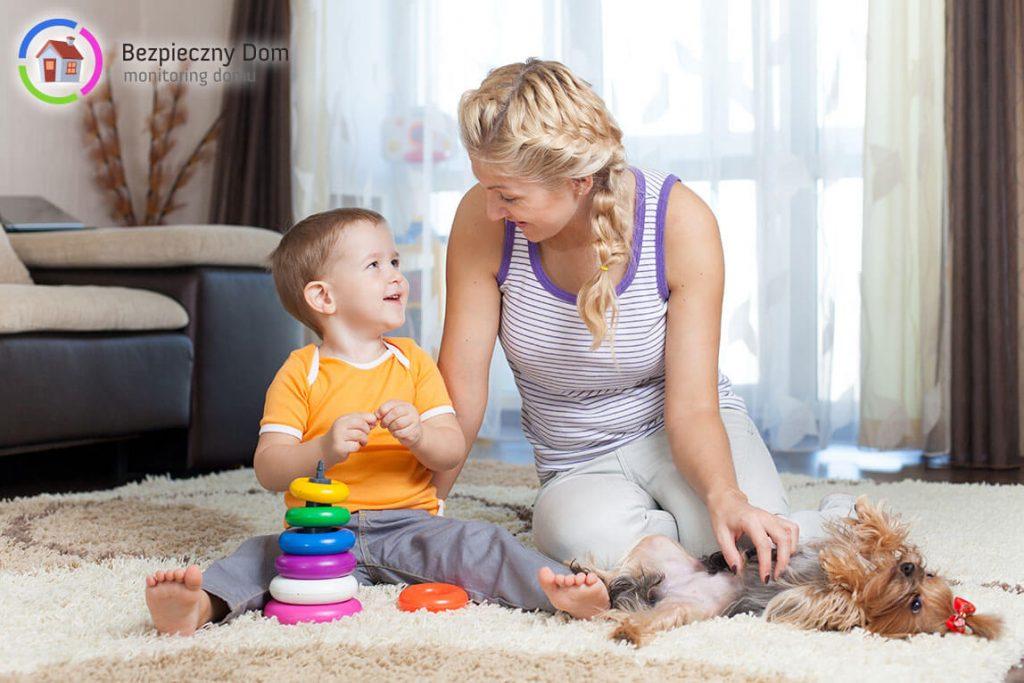 Niania opiekująca się dzieckiem