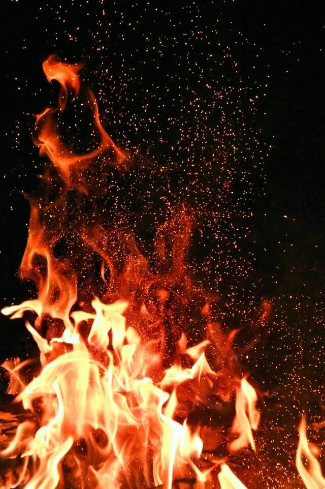 płonący wysoki ogień którego można uniknąć dzięki czujnikowi dymu