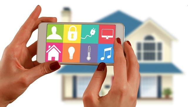 słonie kobiety trzymające telefon komórkowy z ikonami smart home