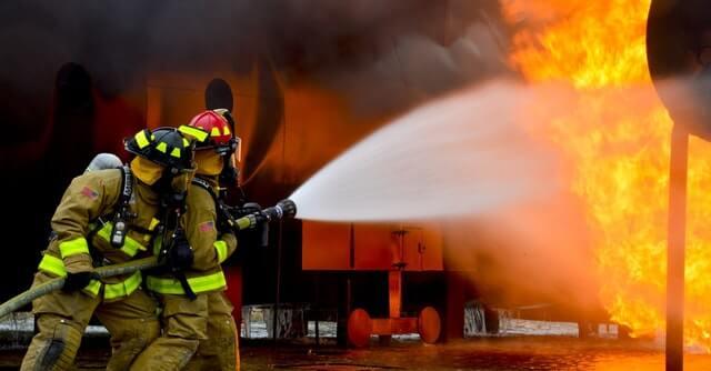 strażacy gaszący płonący dom który nie był wyposażony w czujnik dymu